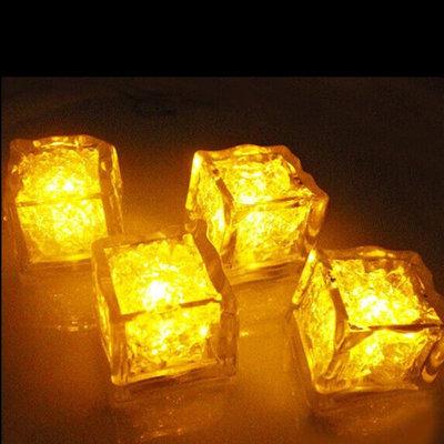Set van gele lichtgevende ijsklontjes
